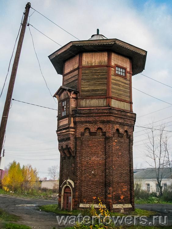 Настоящая стариная водонапорная башня